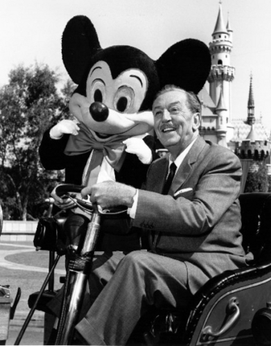 Walt-Disney-and-Mickey-Mouse-at-Disneyland-walter-e-disney-6626898-391-500